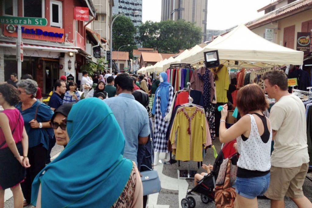 Pelanggan di Kampung Glam untuk mengunjungi bazar yang diadakan sempena  Ramadan tahun ini.