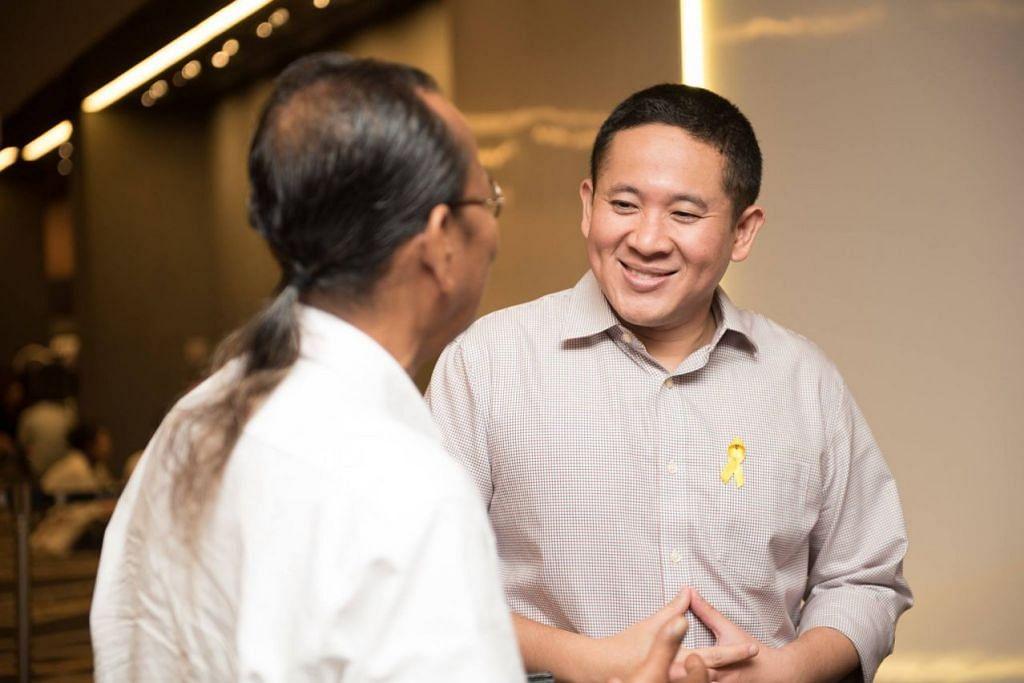 Anugerah pengiktirafan disampaikan Setiausaha Parlimen (Ehwal Dalam Negeri merangkap Kesihatan) Encik Amrin Amin. FOTO: Facebook Yellow Ribbon Project Singapore