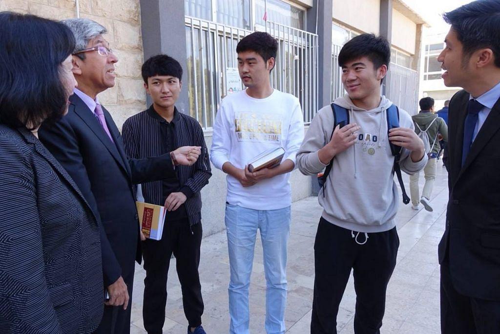 UNIVERSITI JORDAN: Dr Yaacob turut melawat Universiti Jordan yang mempunyai pelajar asing dari 23 negara termasuk China. Beliau bertemu dengan beberapa pelajar itu yang mengikuti pengajian shariah di sana.