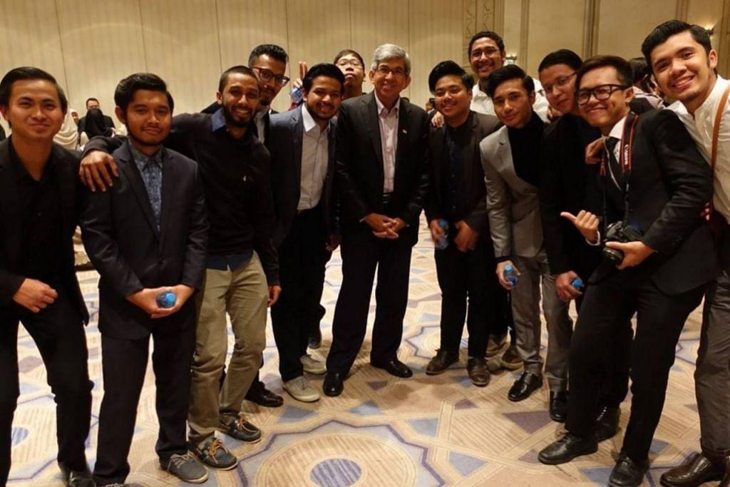 DIALOG BERSAMA PELAJAR: Dr Yaacob gembira mendengar aspirasi pelajar Singapura yang sedang melanjutkan pengajian di Jordan serta keinginan mereka untuk menyumbang semula kepada tanah air mereka selepas pulang ke sini.