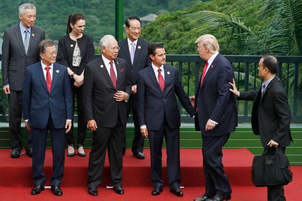HIMPUNAN PEMIMPIN: (Barisan depan) Presiden Amerika Syarikat Donald Trump (dua dari kanan) menyertai (dari kiri) Presiden Korea Selatan Moon Jae-in, Perdana Menteri Malaysia Najib Razak, Presiden Mexico Pena Nieto; (barisan belakang) Perdana Menteri Singapura Lee Hsien Loong, Perdana Mengeri New Zealand Jacinda Ardem dan  wakil Taiwan James Soong , untuk sesi bergambar bersama di Danang, Vietnam.