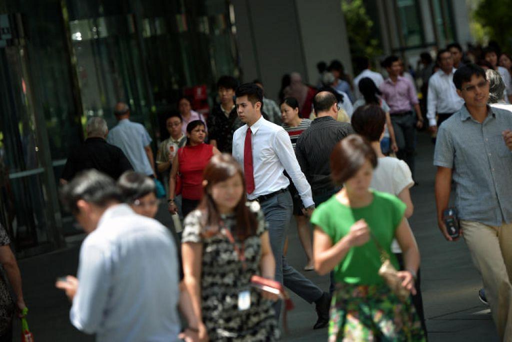 KENAIKAN GAJI: Kenaikan gaji diramalkan bagi pekerja S'pura seiring dengan pemulihan ekonomi. - Foto ST