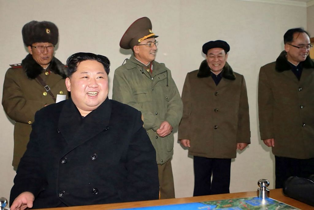 PEMIMPIN KOREA UTARA: Encik Kim Jong-Un (berbaju hitam) dirakam menyaksikan pelancaran Hwasong-15. - Foto AFP