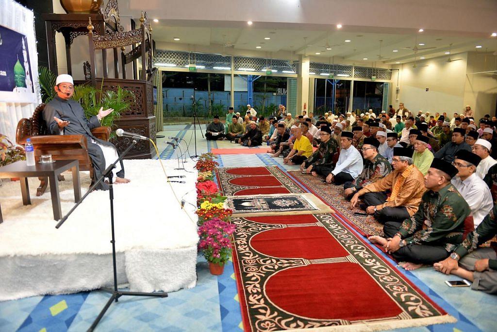 MAULIDUR RASUL: Dr Mohamed Fatris menyampaikan tazkirah dalam satu acara di Masjid An-Nur petang tadi, yang dihadiri sekitar 1,500 orang, sempena Maulidur Rasul.