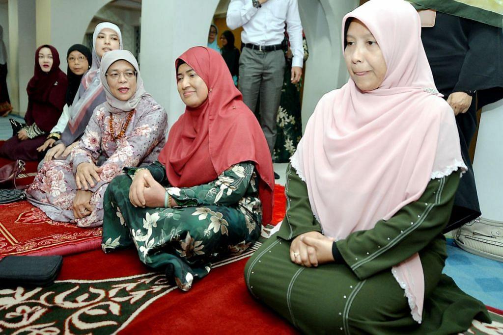 MAULIDUR RASUL: Presiden Halimah Yacob (tiga dari kanan) turut menghadiri acara sambutan Maulidur Rasul di Masjid An-Nur petang tadi.