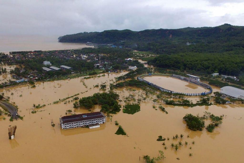 BANJIR DI INDONESIA: Inilah kawasan Pacitan, Jawa Timur, yang dilanda banjir. Taufan tropika yang melanda tanah Jawa awal minggu lalu telah menyebabkan berlakunya banjir teruk dan tanah runtuh, menurut pihak berkuasa.
