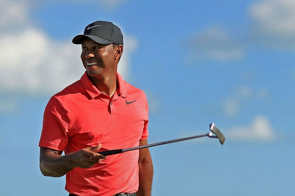 HILANG SAKIT: Bekas pemain nombor satu dunia, Tiger Woods, berupaya tersenyum dalam penampilan pertama selepas hampir 10 bulan di kejohanan Hero World Challenge. - Foto AFP