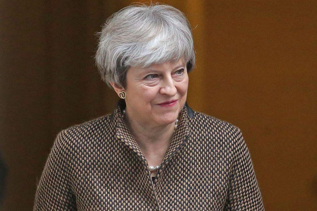 CIK THERESA MAY DI DOWNING STREET: Pegawai keselamatan Britain percaya pengganas merancang mengebom jalan ke Downing Street sebelum membunuh Perdana Menteri Britain ini. – Foto AFP