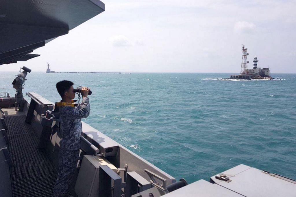 USAHA MENCARI DAN MENYELAMAT: Kakitangan RSS Sovereignty meneliti sekitar laut untuk mengesan sampan nelayan Malaysia yang karam. Di sebelah kiri adalah Middle Rocks, sementara Pedra Branca berada di sebelah kanan. Petugas yang ditempatkan di Pedra Branca juga membantu meneliti sekitaran. - Foto FACEBOOK NG ENG HEN