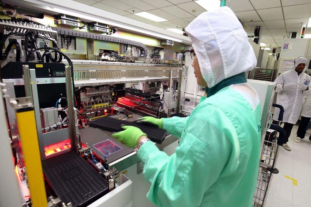 MENINGKAT LEBIH PANTAS: Eksport elektronik naik sebanyak 5.2 peratus bulan lalu. - Foto fail