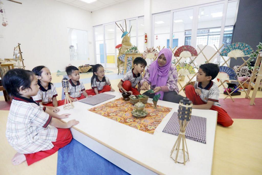 PUPUK WARISAN: Cik Zulaihabe sedang menunjukkan kepada anak muridnya bagaimana sirih dimakan oleh orang dahulu. – Foto BH IQBAL FAIZAL