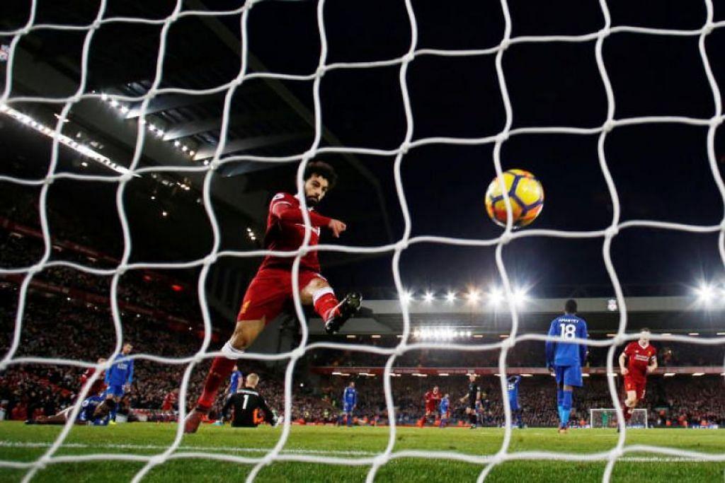 Penyerang Liverpool, Mohamed Salah, meraikan gol keduanya yang menundukkan Leicester  2-1.