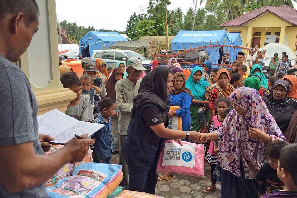 FASA DILAKSANA MERCY RELIEF DALAM BANTU MANGSA BENCANA ALAM RLAF sampaikan cek $176,750 kepada Mercy Relief