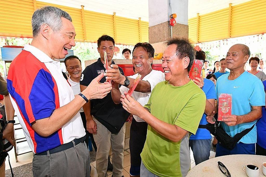PM Lee agih hong bao kepada 458 penduduk warga emas Teck Ghee