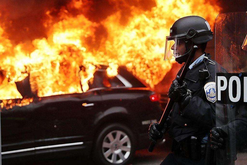 Penunjuk perasaan bertempur dengan polis bantah pelantikan Trump