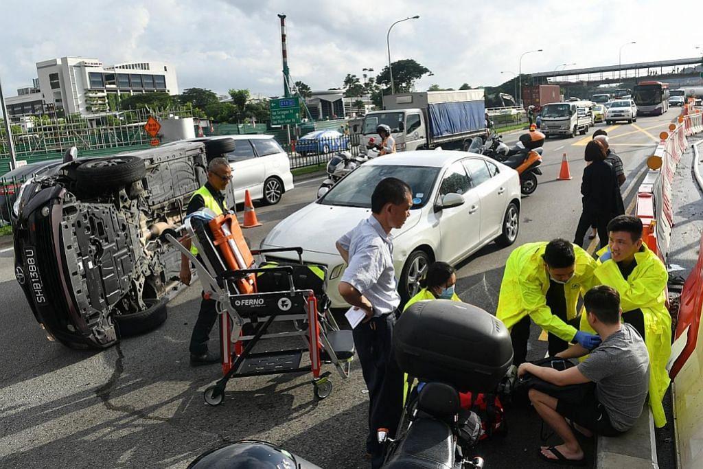 Penumpang panjat keluar dari teksi selepas kenderaan terbalik akibat kemalangan