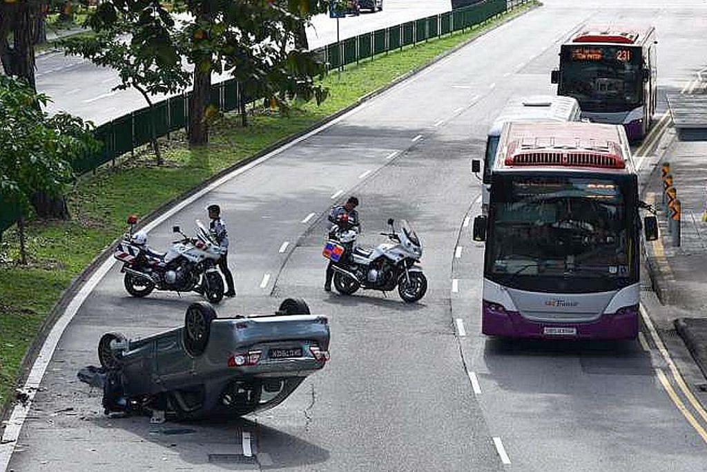 Kereta terbalik di Toa Payoh