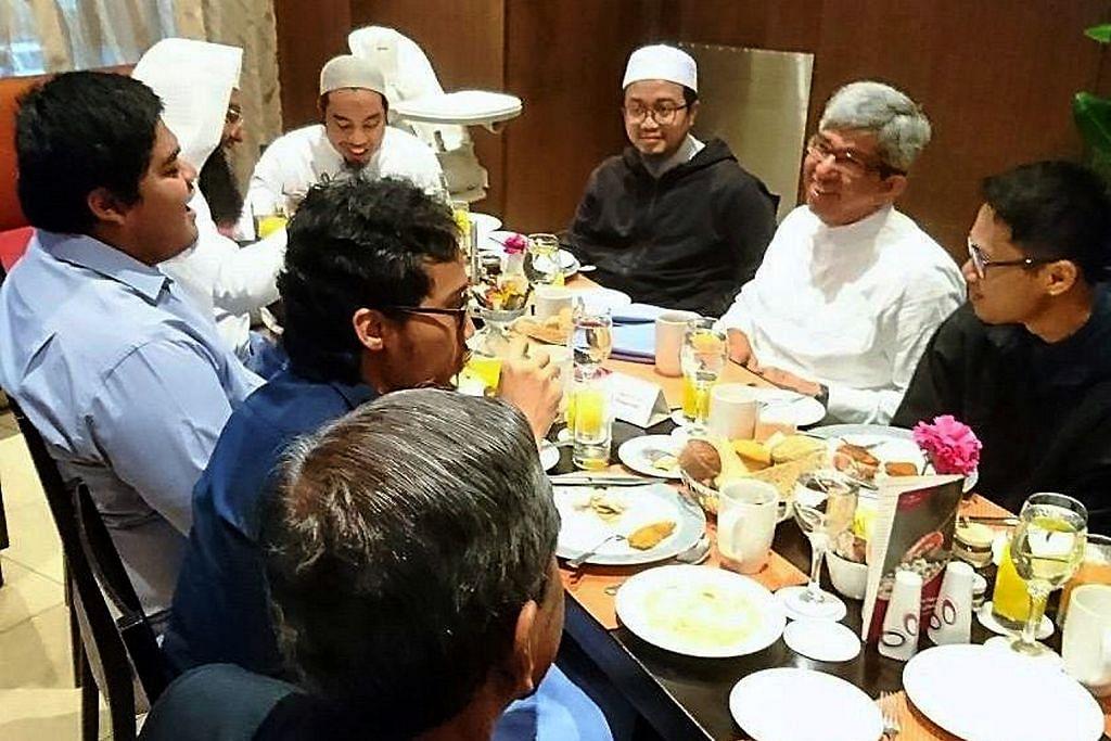 Yaacob bertemu pelajar Singapura di Madinah
