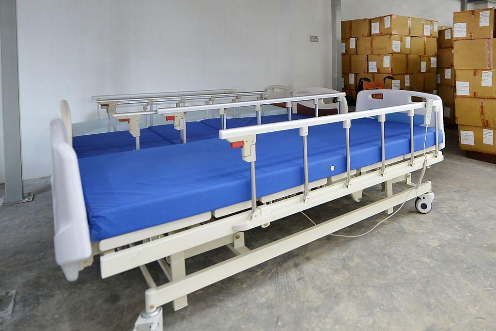 Katil hospital, kerusi roda di gudang bank makanan