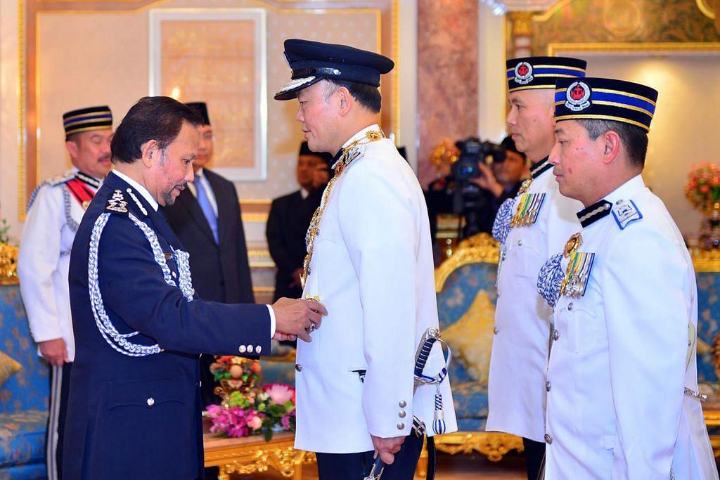 Pesuruhjaya Polis S'pura terima anugerah daripada Sultan Brunei