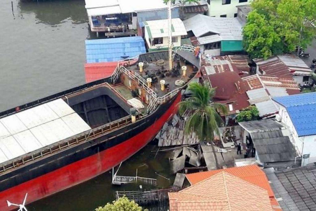 Kapal kargo daftar S'pura rempuh rumah tepi sungai di Thailand