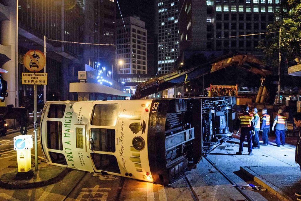 11 cedera apabila trem di HK terbalik