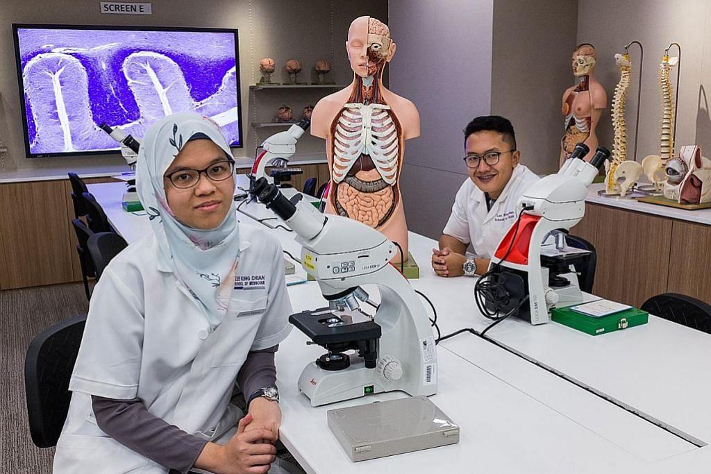 Pelajar perubatan NTU buat pembedahan alam maya