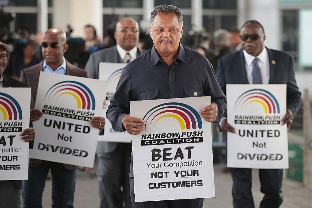 Heret keluar penumpang: United Airlines akan bayar pampasan