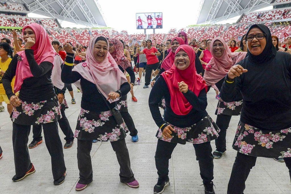 GELEK DAN TERUS SIHAT: Sekumpulan wanita ini turut menyerikan pembukaan sesi Zumba sempena Hari Permainan Masyarakat (CPD) yang kedua di Stadium Negara pada September lalu. - Foto HAB SUKAN SINGAPURA