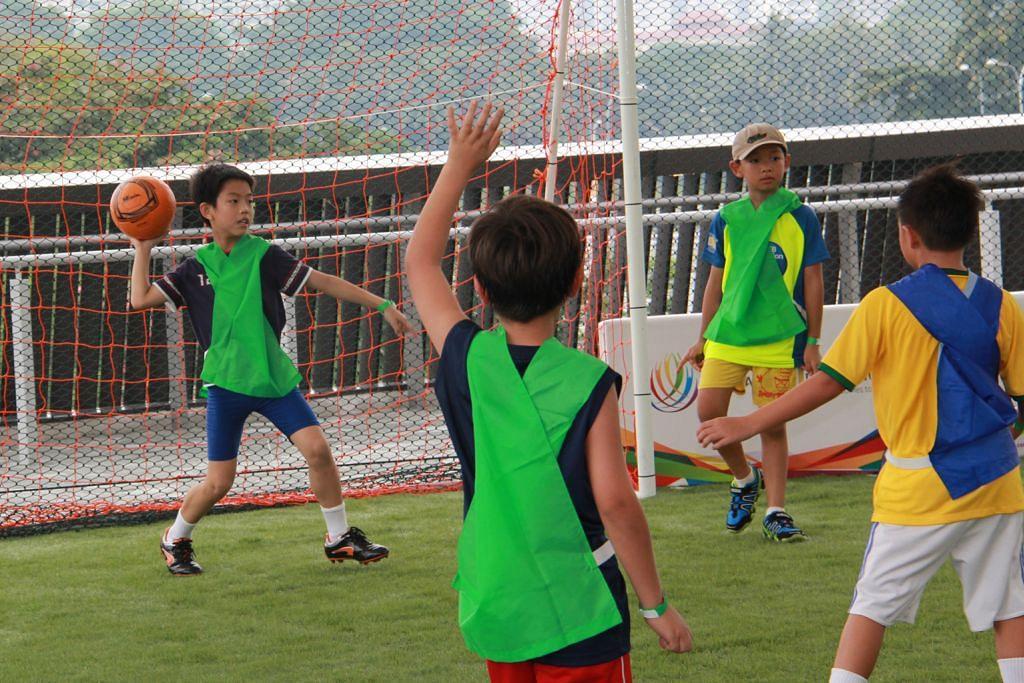 BOLA SEPAK BAGI KANAK-KANAK: Acara 'Alami Sukan' atau 'Experience Sports' yang dinamakan 'Learn to Play' melalui sesi bola sepak lima sepasuk antara pelbagai kegiatan anjuran Hab Sukan Singapura.  - Foto HAB SUKAN SINGAPURA