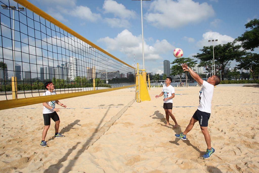 YUK IKUT CUBA SUKAN INI!: Satu lagi sukan di bawah inisiatif 'Learn to Play' ialah bola tampar pantai yang semakin popular di kalangan remaja. - Foto HAB SUKAN SINGAPURA