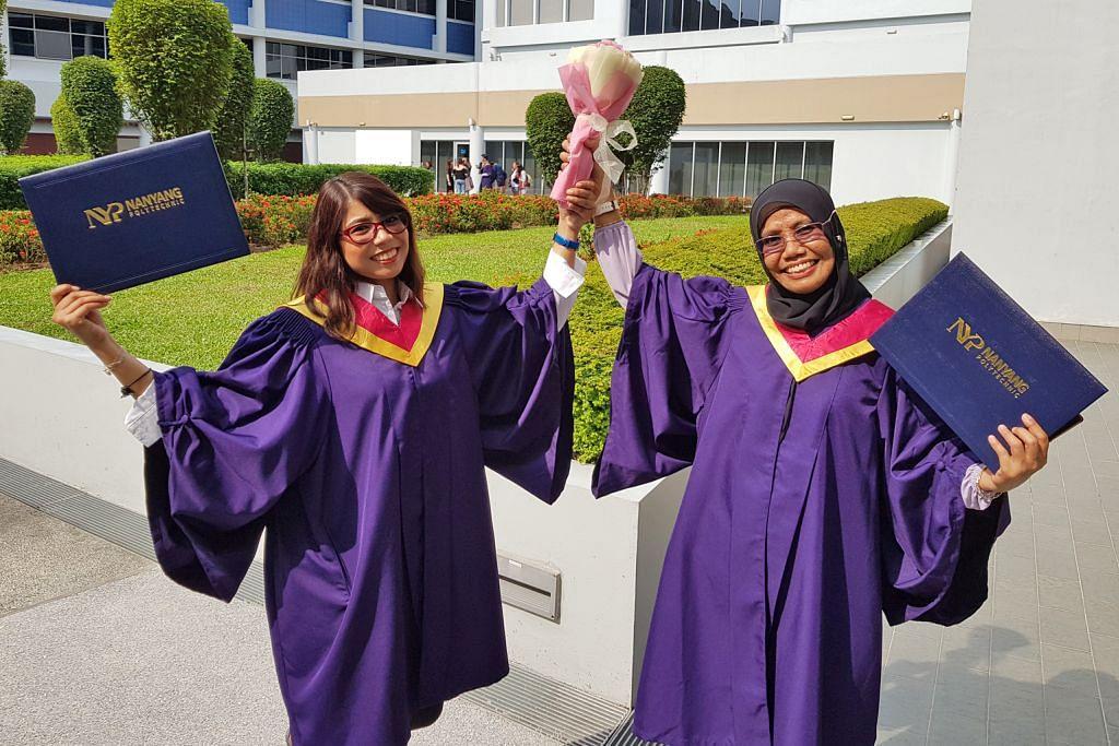 Ibu dan anak bersama raih diploma