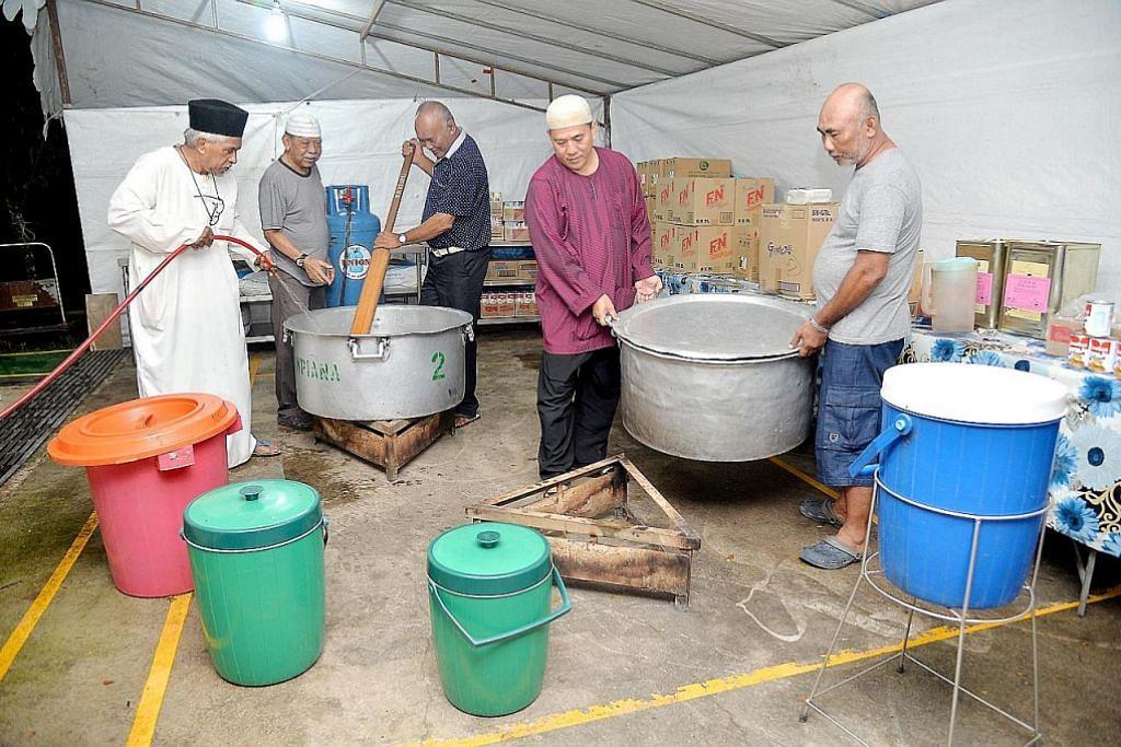 Bekas penduduk kampung gotong-royong bagi Ramadan di Masjid Pertempatan Melayu Sembawang