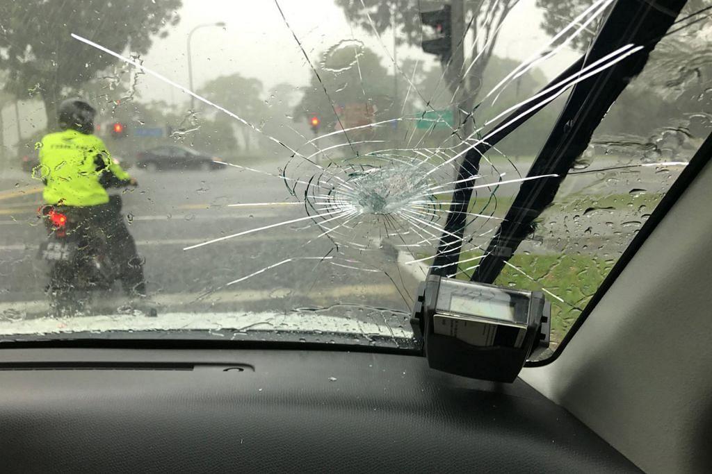 Cermin depan kereta retak lepas terkena sepana melayang