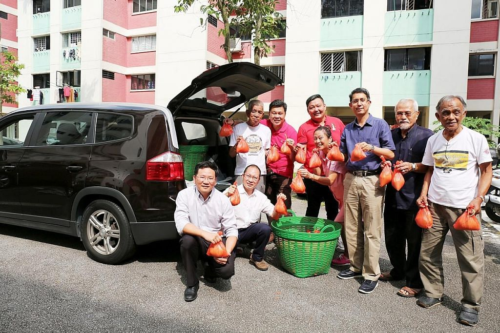 Relawan bukan Muslim bantu agih bubur di Nee Soon