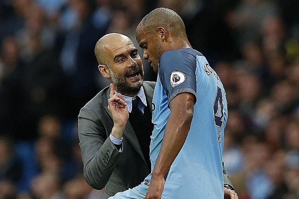 ATUR STRATEGI: Pengurus City, Pep Guardiola, memberi arahan kepada kapten pasukan, Vincent Kompany. Guardiola tentunya tidak mahu mengakhiri musim ini seperti musim lalu - dengan tangan kosong! - Foto REUTERS