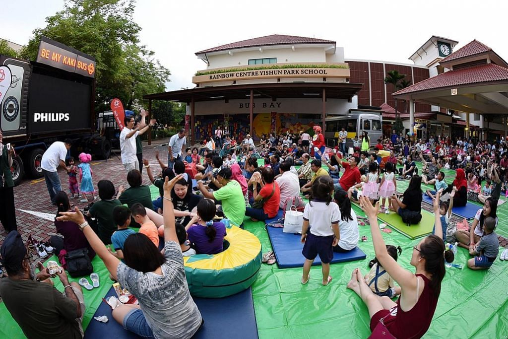 Penduduk Yishun dekati anak istimewa