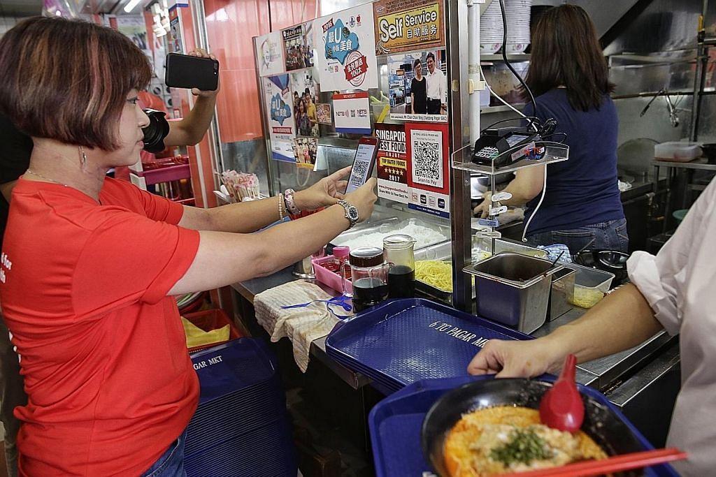 Bayar dengan hanya imbas telefon bimbit di Pusat Makanan Tanjong Pagar