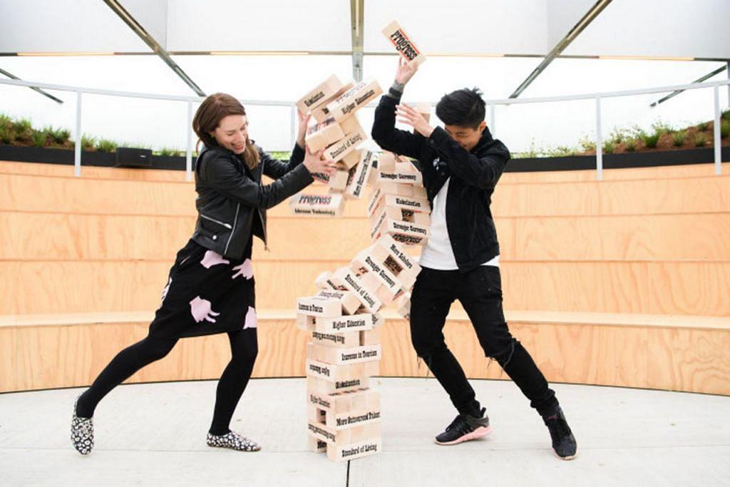BELAJAR TENTANG KEMAJUAN: Inilah arca berupa permainan blok susun klasik yang mengajar tentang erti kemajuan dan dipaparkan di kawasan Civic District dan Marina Bay, The Arts House. - Foto SARAH WALKER & PESTA MELBOURNE
