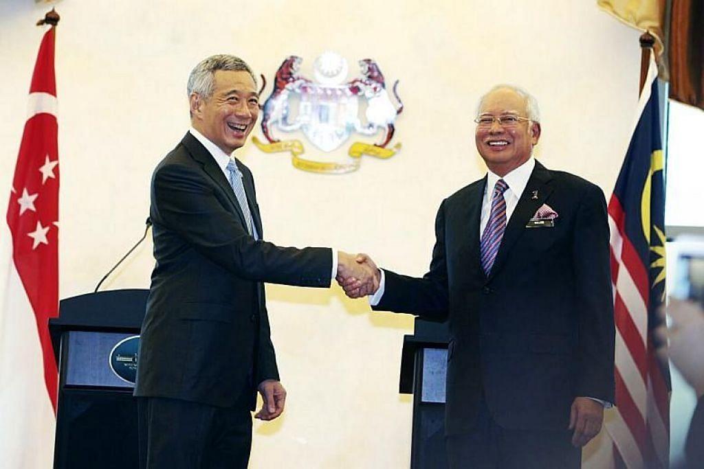 Perdana Menteri Lee Hsien Loong berjabat tangan dengan Perdana Menteri Malaysia Datuk Seri Najib Razak di Rahat Pemimpin tahun lalu.