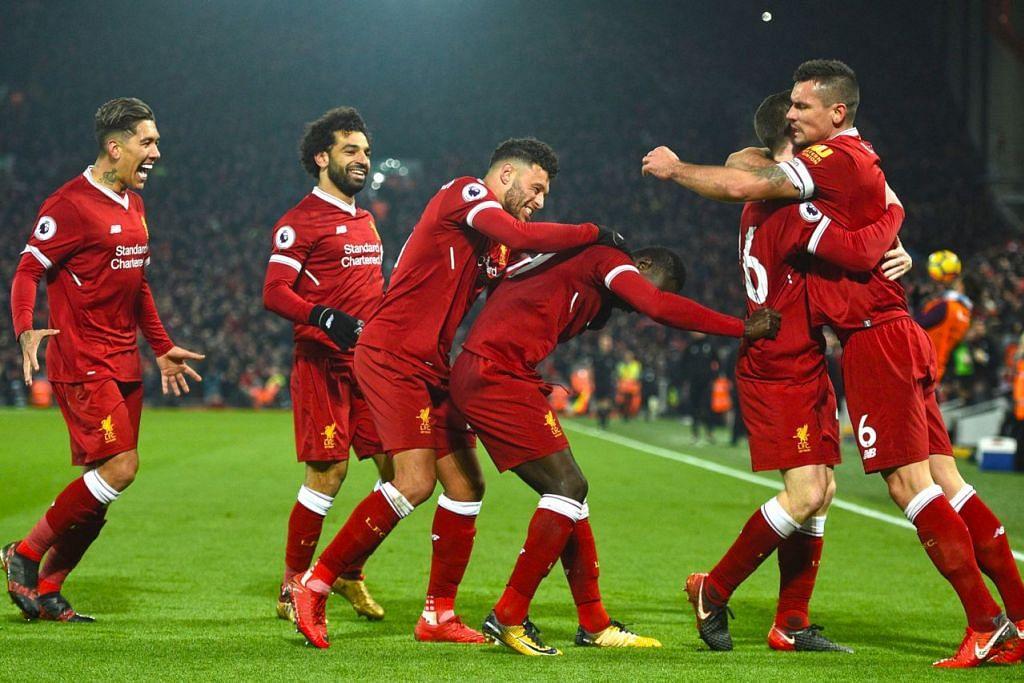 RAI GOL: Pemain Liverpool, Firmino (kiri sekali) dan Mohamed Salah (dua dari kiri) meraikan jaringan bersama rakan sepasukan selepas meledak gol keempat pasukan pada saingan Liga Perdana Inggeris menentang Manchester City di Stadium Anfield. – Foto AFP