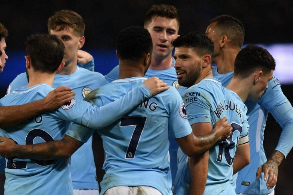 Sergio Aguero (ketiga dari kanan) meraIkan dengan rakan sepasukannya selepas menjaringkan gol keempatnya.