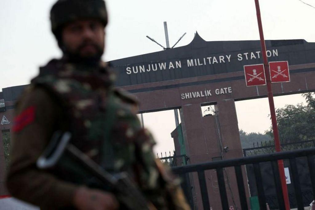 Seorang askar India berdiri di pintu gerbang Stesen Tentera Sunjuwan di Jammu pada 10 Feb 2018.