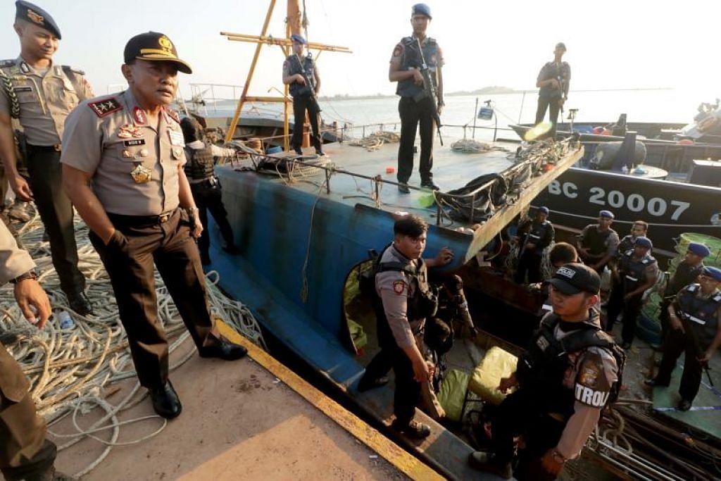 BERJAYA DIRAMPAS: Pihak berkuasa Indonesia sedang memeriksa kapal nelayan yang mengibarkan bendera Singapura secara palsu di Batam yang dilaporkan membawa kira-kira 1.6 tan dadah dadah methamphetamine kristal.