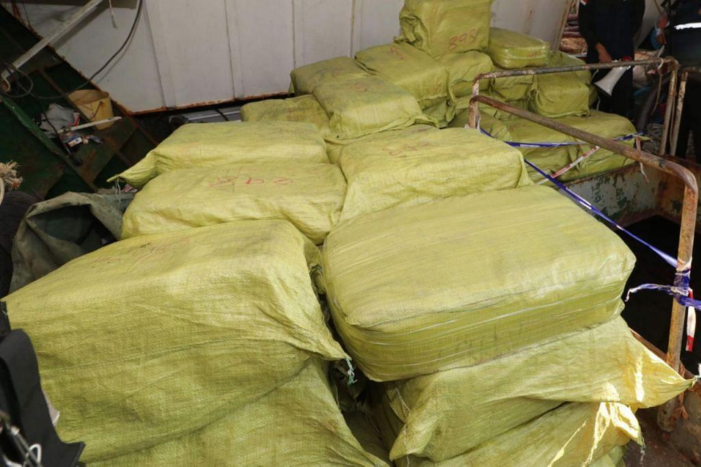 BERJAYA DIRAMPAS: Pihak berkuasa Indonesia sedang memeriksa kapal nelayan yang mengibarkan bendera Singapura secara palsu di Batam yang dilaporkan membawa kira-kira 1.6 tan dadah dadah methamphetamine kristal (gambar atas). - Foto AFP
