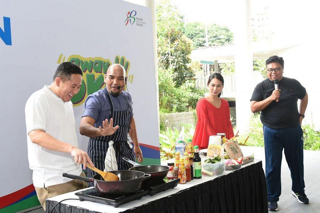 MASAKAN SIHAT: (dari kiri) Encik Amrin Amin mencuba memasak dengan dibimbing Cef Bob, diperhatikan Cik Filzah Abdul Rahim dan Encik Suhaimi Yusof. – Foto HPB