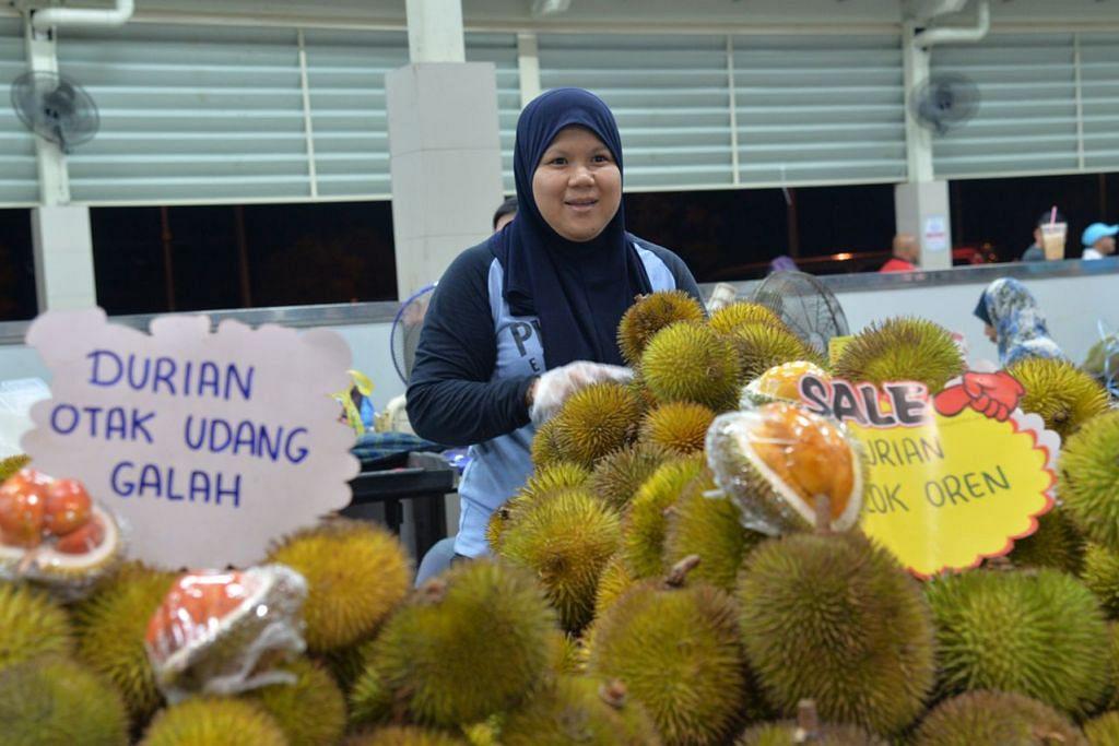 BAGAI 'DURIAN RUNTUH': Penggemar durian boleh singgah ke Pasar Gadong untuk membeli durian merah ini dengan harga yang berpatutan.  - Foto BH oleh FAKHRURADZI ISMAIL