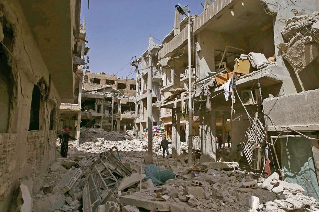ROSAK TERUK: Keadaan beberapa bangunan yang rosak teruk di bandar Douma, Ghouta Timur, yang dibom rejim Syria. - Foto REUTERS