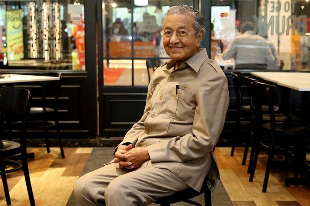 Tun Dr Mahathir Mohamad di kafe-kedai roti The Loaf di Cyberjaya Rabu lalu. Beliau kini mengetuai pakatan pembangkang Malaysia dan jadualnya menjelang pilihan raya umum begitu padat.