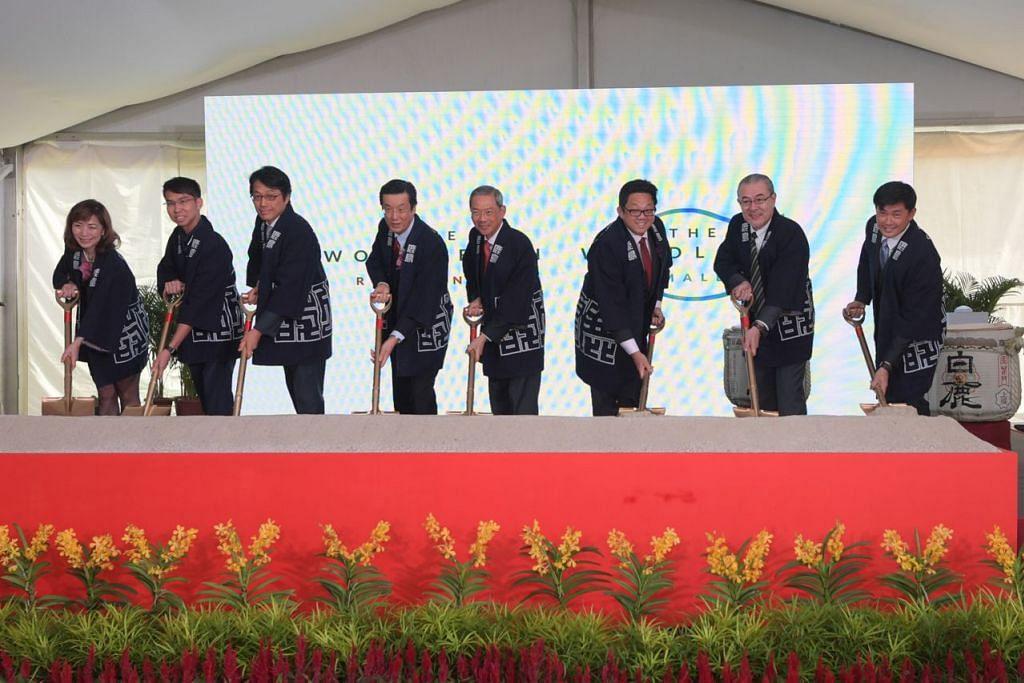 TANDA PERMULAAN: (Dari kiri) Naib Presiden Eksekutif Sumber Manusia SPH Cik Mabel Chan; Timbalan Penolong Pesuruhjaya (DAC) Zhang Weihan dari Pasukan Polis Singapura (SPF); Pegawai Urusan Kanan Kajima Corporation Encik Keisuke Koshijima; Duta Besar Jepun ke Singapura, Encik Kenji Shinoda; Pengerusi SPH Dr Lee Boon Yang; CEO SPH Encik Ng Yat Chung; Presiden dan CEO Kajima Encik Shuichi Oishi; serta Ketua Pengarah Eksekutif Persatuan Rakyat (PA) Encik Desmond Tan; di majlis menandakan permulaan pembinaan projek The Woodleigh Residences dan The Woodleigh Mall di Bidadari semalam. - Foto BH oleh ALPHONSUS CHERN